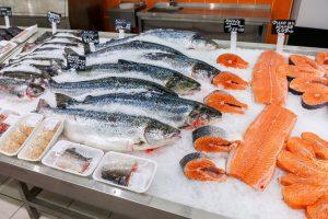 vette vissoorten liggen in bevroren vitrine