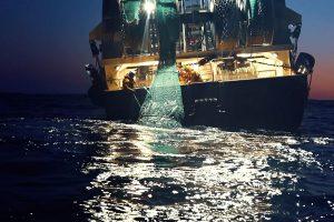 visserijboot op zee tijdens de schemering