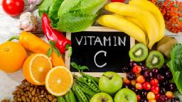 voedingsmiddelen rijk aan vitamine C op tafel