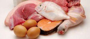 Eiwitrijke voedingsmiddelen waaronder eieren, vis en vlees op tafel