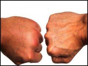 man houdt vocht vast in hand versus normale hand