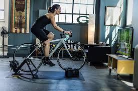 vrouw fietst op fietstrainer in woonkamer