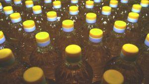 rijen flessen zonnebloemolie